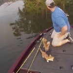 「ボートに向かって泳いでくる!」-釣りに来た男性が川で救った小さな命