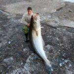 「釣り好きの人は、これを持っていくことをオススメするよ!」大きな魚を釣ったように見せる小道具