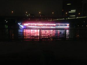 隅田川を屋形船が行き来する